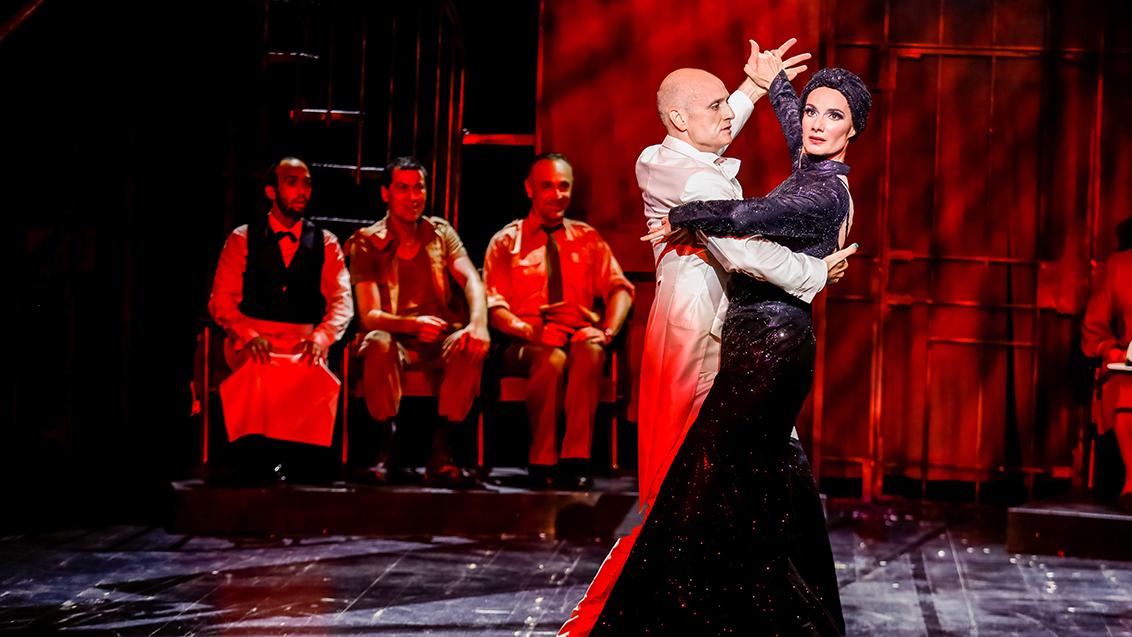 Szenenfoto mit u.a. David Rodriguez-Yanez von Kuss der Spinnenfrau an der Bühne Baden